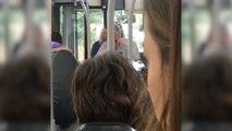 Un chauffeur de bus calme un passager qui lui a craché dessus
