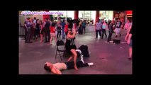 Kız dans ederken adam şoka giriyor