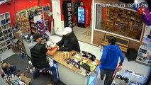 Une famille se bat contre un homme armé qui s'apprêtait à piller leur magasin !