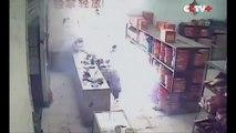 un homme bourré met le feu à un entrepôt de feux d'artifices