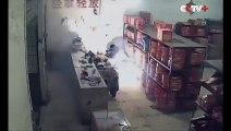 Un homme allume des feux d'artifices devant une boutique de feux d'artifice