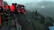 Une famille se retrouve coincée dans un camion suspendu dans le vide
