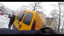 Un policier voit des jeunes dans la rue et va faire une bataille de boules de neige avec eux !