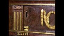 Ce meuble a plus de 200 ans. Mais regardez ce qui s'est passé lorsqu'on tourne la clé…