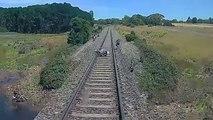 Il saute pour sa vie quand sa moto se fait percuter par un train