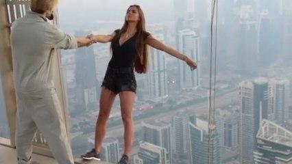 Viki Odintcov risque sa vie du haut d'un gratte-ciel