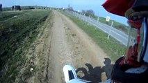 Un pilote de motocross renverse une vache à pleine vitesse