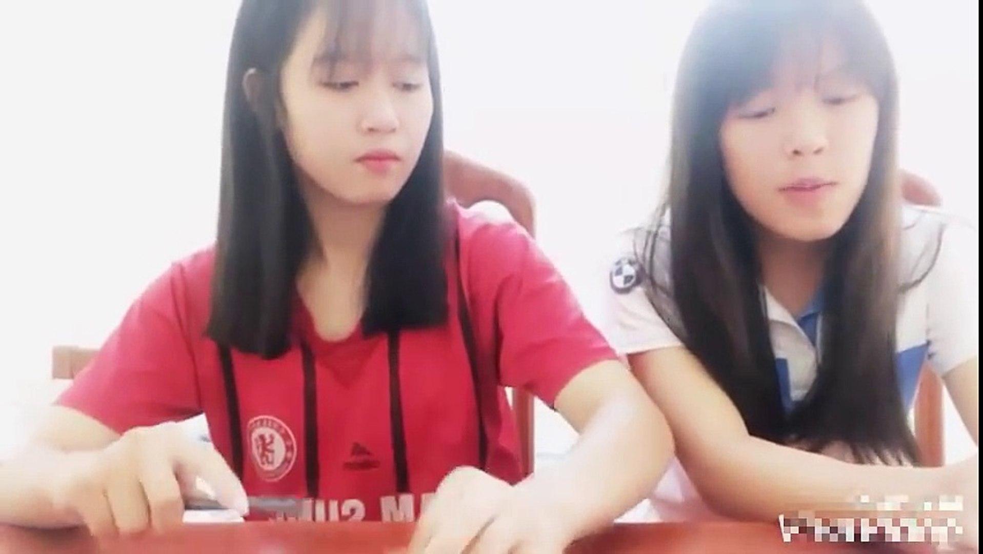 Cặp nữ sinh vừa gõ bút vừa hát -Đếm ngày xa em- cực cute!