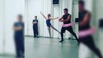 Des papas dansent avec leurs filles dans un cours de danse classique