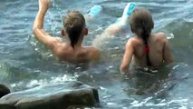 VLOG : ДЕТИ КУПАЮТСЯ В ЧЕРНОМ МОРЕ КРИНИЦА 2016 Black Sea Russia The first day of Summer.