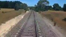 Un motard coincé sur les rails tente de sauver sa moto quand un train arrive à toute vitesse