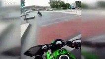 Engelli adamın yardımına motosikletli genç koştu