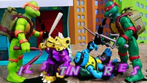 Teenage Mutant Ninja Turtles Spittin' Raphael Giant Robot Spills Oil on Triceraton and Slash Mutants-8eXUyji6