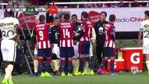 Foot : Un entraîneur au Mexique fait un croche-patte à un  à un joueur adverse !
