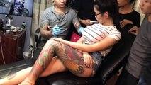 Cette fille terrorise le tatoueur lorsqu'un de ses seins explose !