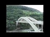 Ce fou grimpe à vélo sur les pans du pont... Taré