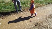 Quand ton ombre te suit partout... Trop marrant le gamin
