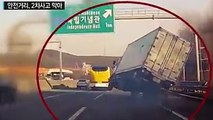 Un camion se retrouve sur 2 roues en plein traffic