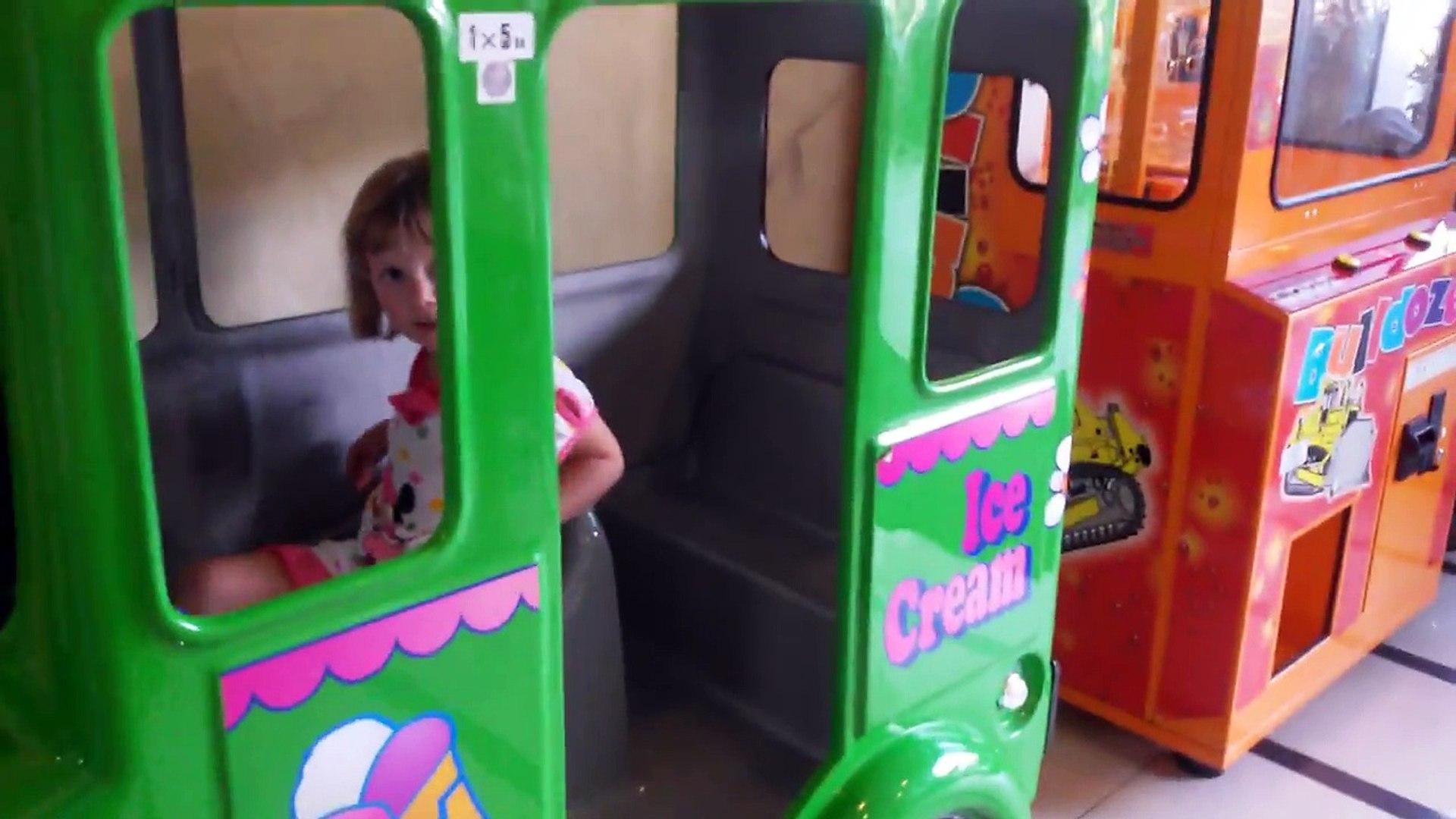 Видео Парк аттракционов Карусель маленький автобус для детей. Carousel attraction bus for children.