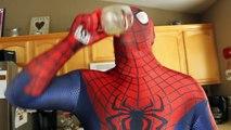 Тучный Человек-паук и Человек-паук против Венома в реальной жизни снежки!   Супергеройское Кино