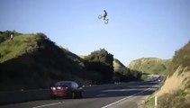 Ce biker saute en motocross au dessus d'une autoroute... Dingue