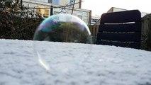 Une bulle de savon gèle dans le froid! magnifique