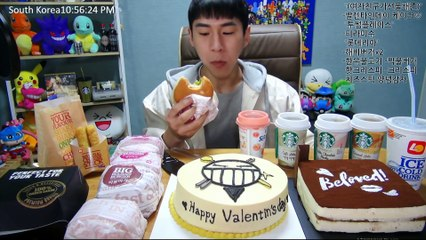 BANZZ▼ Eating a cake made by BANZZ's GF! Edited Version 밴쯔▼ 밴쯔의 여자친구가 선물해준 케이크 먹방! 편집본