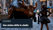 La statue d'une jeune fille défie le taureau de Wall Street