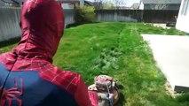 Человек-паук против Железного человека-паука | Человек-Паук стрижет газон в реальной жизни супергероя бой | М