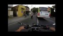 accident - Un motard passe sous un bus et se relève immédiatement