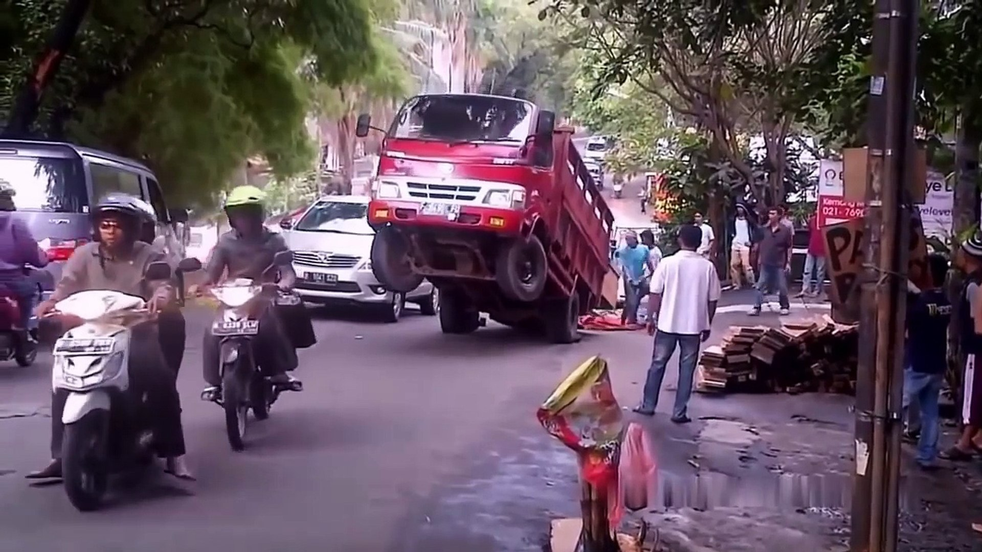 IDIOTS On Trucks 1 part - Compilation Videos Overloaded Trucks 2017 - Fails Trucks - Tipping Truck