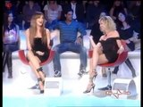 Cette femme a mis une robe trop courte à la télé. Mais lorsqu'elle se tourne…