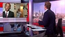 Un jeune garçon parodie l'interview raté de l'homme gêné par ses enfants dans son bureau