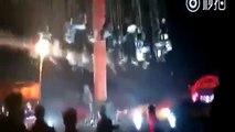 Une attraction de chaises volantes s'effondre et piège des touristes !