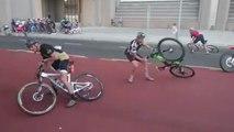 Des cyclistes luttent face aux violentes rafales de vent