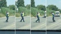 À votre avis, sur quelle musique danse cette policière sud-africain en plein travail ?