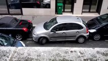 Cette femme percute deux voitures pour faire son créneau