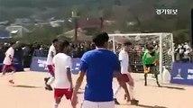 Maradona refait 'la main de Dieu' dans un match de football