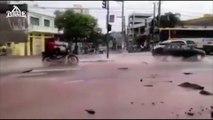 Une moto disparait dans un trou plein d'eau