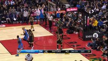 Russell Westbrook fait une passe entre les jambes d'un adversaire à 10 mètres de lui