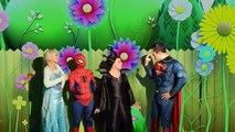 El Comodín roba las maracas a Spiderman Superhéroe Amigos y Villanos