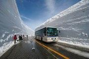 """Découvrez le mur de neige """"Snow Wall"""" à Ohtani au Japon : 20m de neige et une route perdue au milieu"""