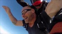 En plein saut en parachute il perd son dentier... Chaud pour le retrouver!