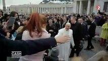 Elise Lucet interpelle le Pape François sur la Place Saint-Pierre - Cash investigation