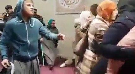 فضيحة كبري و عار علي فرنسا  البوليس الفرنسي يقتحم المسجد و يقوم بتعنيف النساء و الرجال هناك