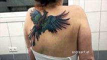 Le tatouage de cette jeune femme est tout à fait normal, jusqu'à ce qu'elle commence à bouger les épaules.