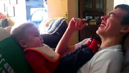 Ce bປé imite son oncle dè qu il fait un bruit