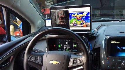 Il joue à Mario Kart depuis le volant de sa voiture