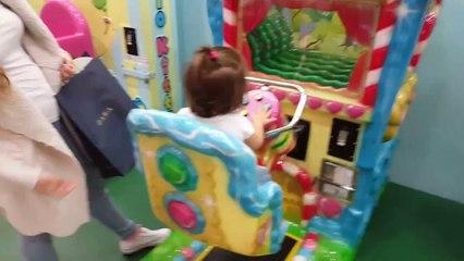 Jugando en las atracciones de Hello Kitty | Playing Hello Kitty attractions | Diario de Gabri y Eli