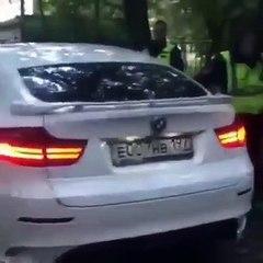 Ce flic russe n'arrive pas à casser la vitre d'un 4×4 BMW